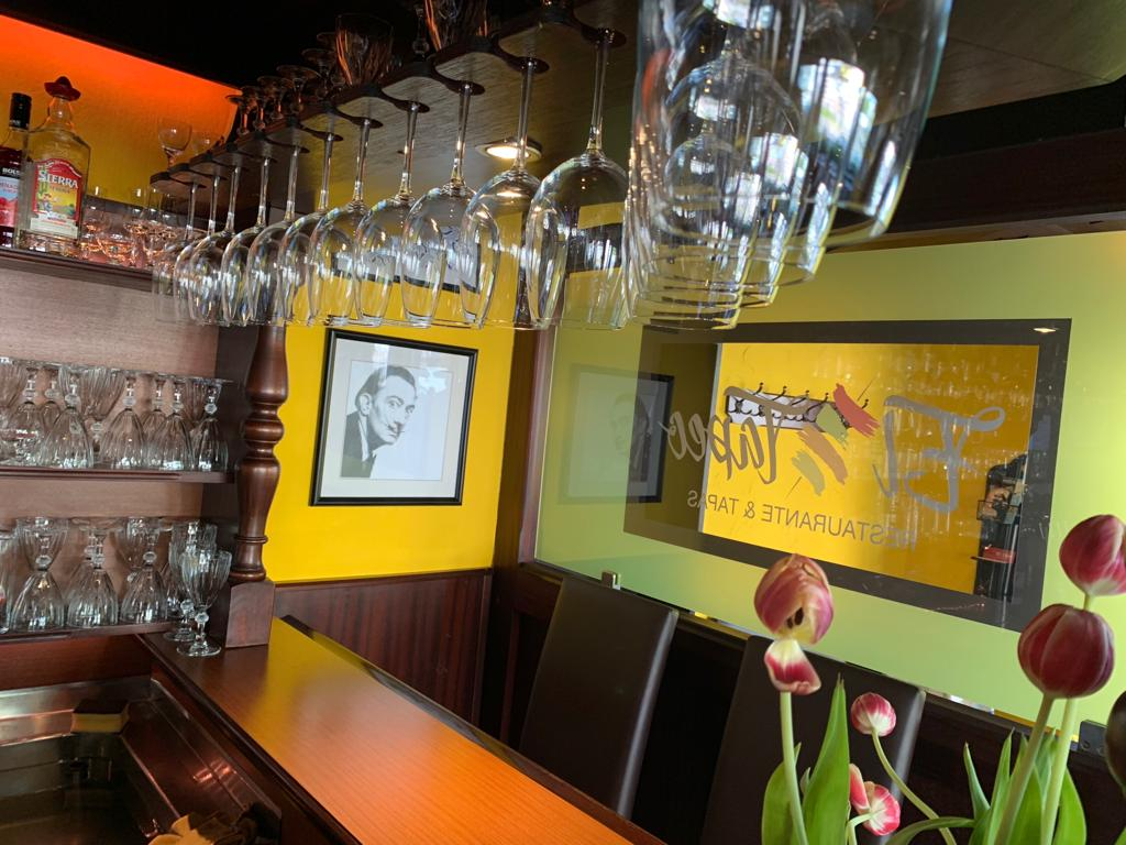 El Tapeo Tapas Bar und Restaurant Langenfeld - Bar mit Gläsern