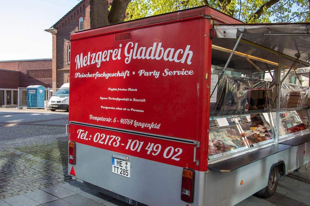 Marktstand Metzgerei Gladbach auf dem Wochenmarkt in Langenfeld Bild 2