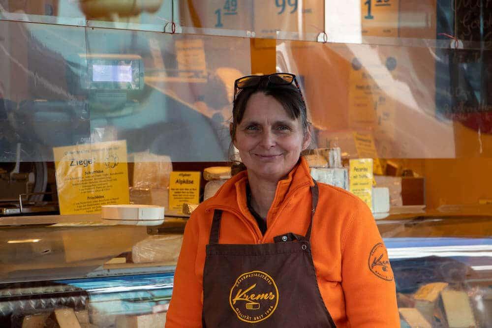 Marktstand Käsespezialitäten Krems Wochenmarkt Langenfeld Bild 2