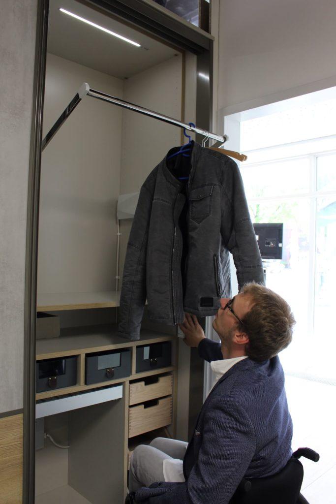 Happy mit Handykap - barrierefreie Musterwohnung Kleiderschrank