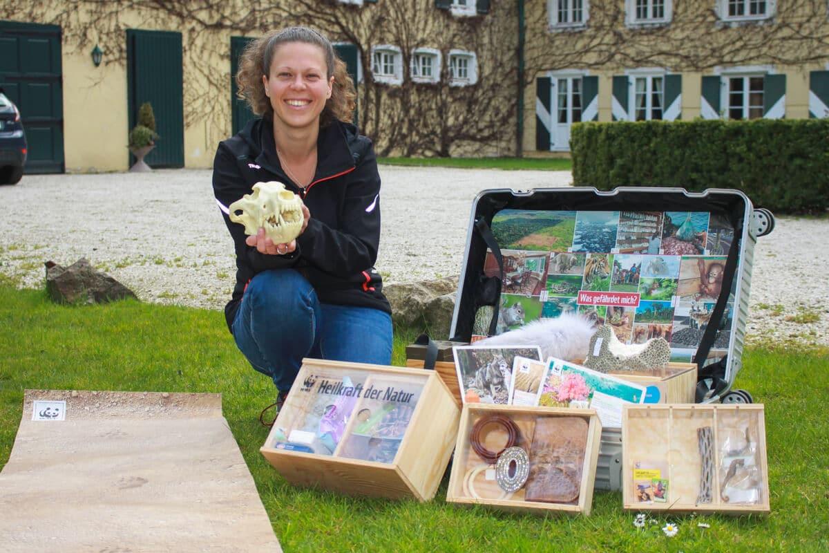 WWF Artenschutz Koffer und Leiterin des Klimaschutzzentrums auf der Wasserburg, Lisa Schwarz