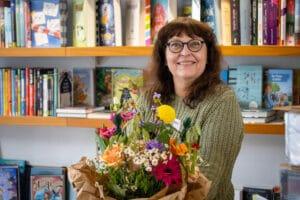Hiltrud Markett mit Blumenstrauß zum Jubiläum