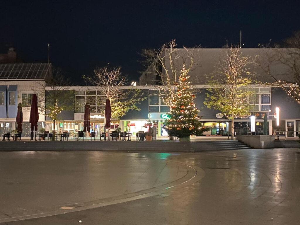Langenfeld leuchtet - Marktplatz mit Weihnachtsbäumen