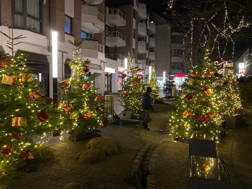 Langenfeld leuchtet - Weihnachtsbäume mit Beleuchtung