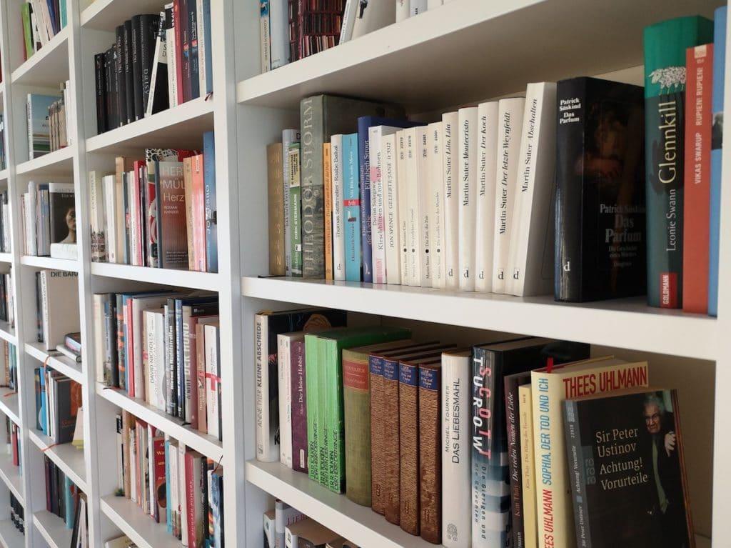 Regalwand mit Büchern